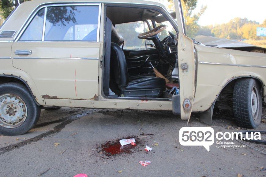 Утреннее ДТП в Днепродзержинске: на проспекте Аношкина ВАЗ врезался в дерево, фото-1