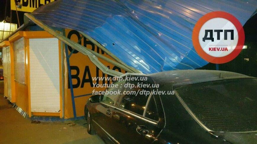 На Победы водитель Mercedes снёс остановку (ФОТО), фото-1