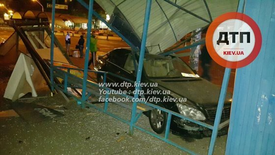 На Победы водитель Mercedes снёс остановку (ФОТО), фото-3