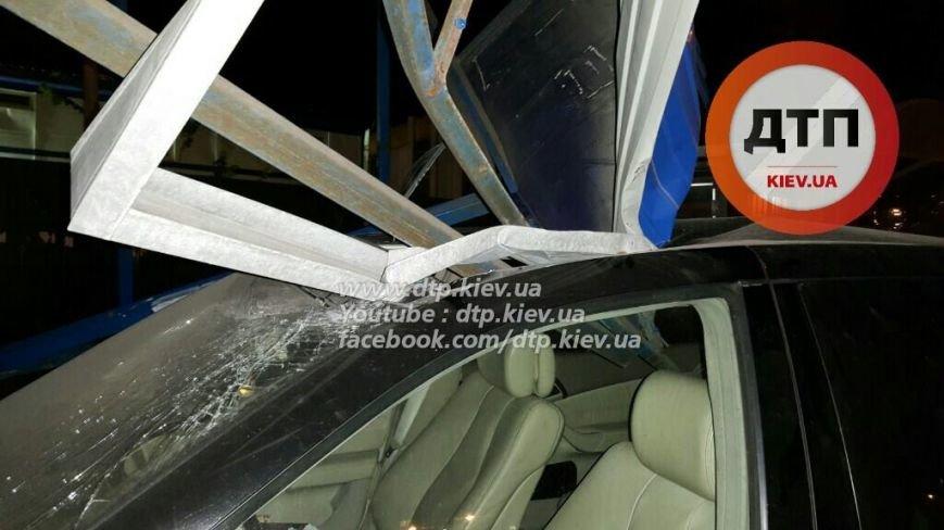 На Победы водитель Mercedes снёс остановку (ФОТО), фото-2