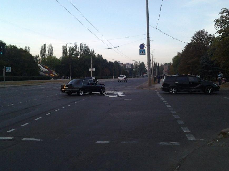 ДТП на центральном проспекте Кривго Рога: «Mitsubishi Grandis» с детьми в салоне, при повороте не пропустил встречную машину (фото) - фото 1