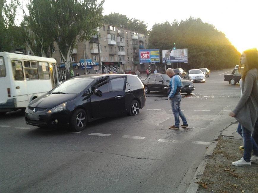 ДТП на центральном проспекте Кривого Рога: «Mitsubishi Grandis» с детьми в салоне, при повороте не пропустил встречную машину (фото) - фото 1