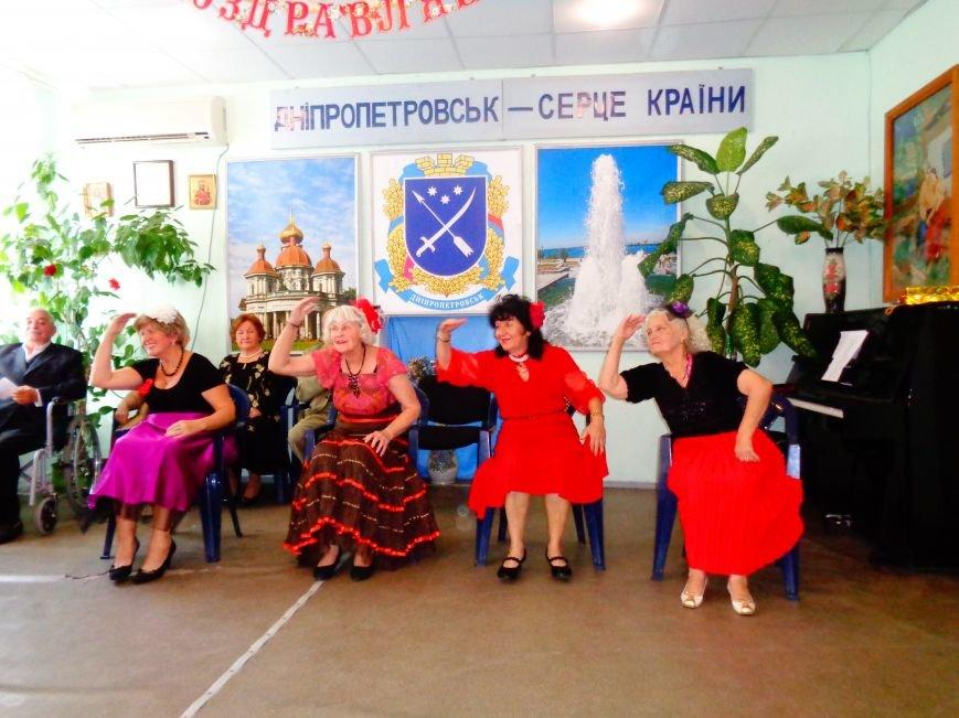 Днепропетровские пенсионеры сами поздравили себя с Днем пожилого человека (ФОТО) (фото) - фото 1