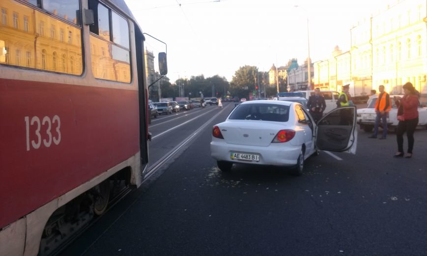В Днепропетровске трамвай столкнулся с легковушкой (ФОТО), фото-1