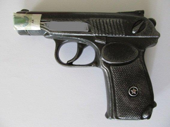 В Киеве злоумышленник ограбил женщину, угрожая бутылкой в форме пистолета (ФОТО) (фото) - фото 2