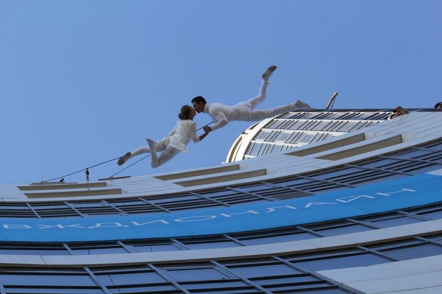 В Днепропетровске пропала гравитация: воздушные гимнасты танцевали на стене небоскреба, фото-4