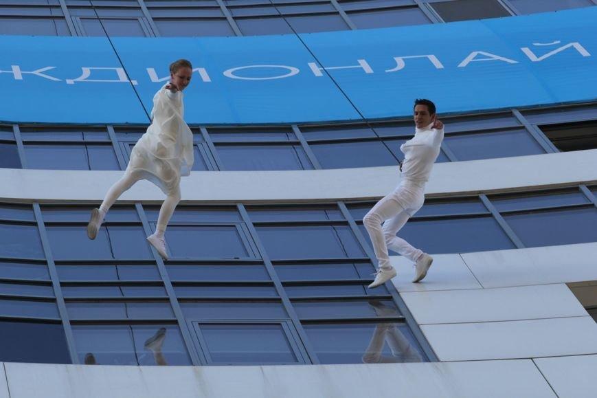 В Днепропетровске пропала гравитация: воздушные гимнасты танцевали на стене небоскреба, фото-1
