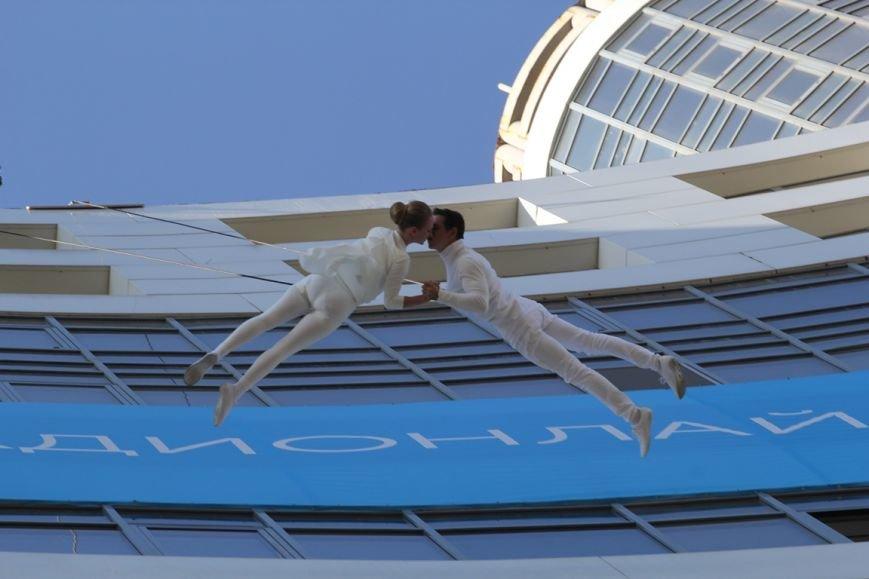 В Днепропетровске пропала гравитация: воздушные гимнасты танцевали на стене небоскреба, фото-3