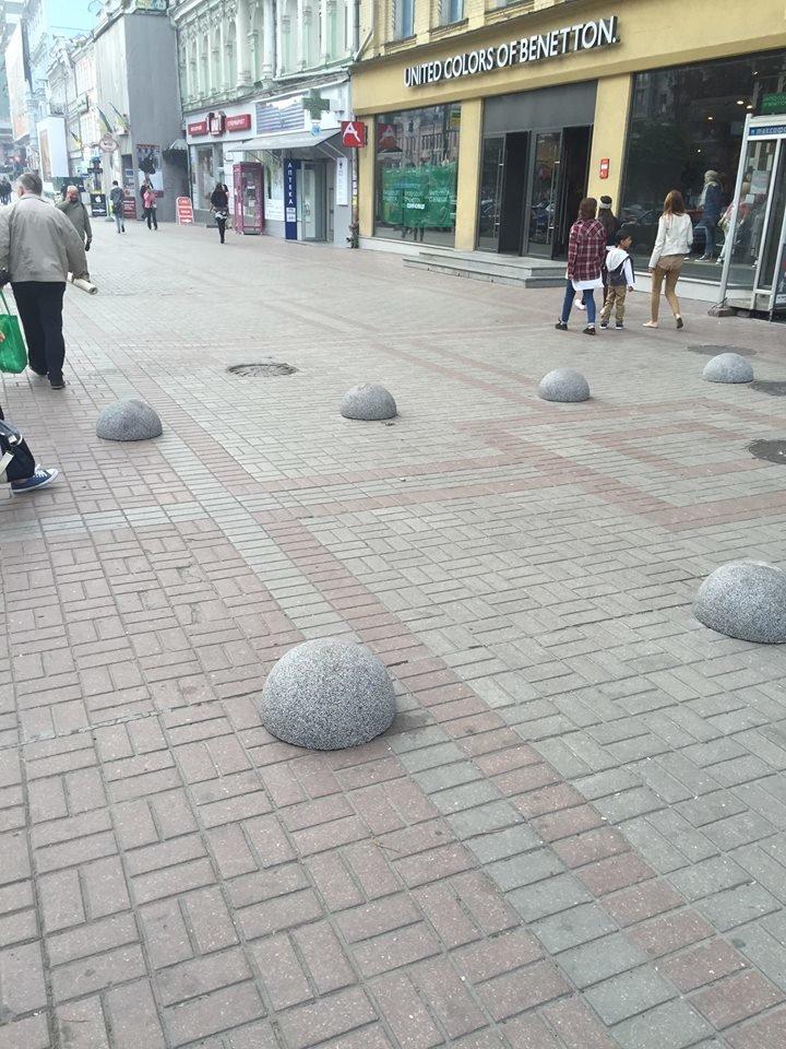 Тротуар на Крещатике перекрыли полусферами (ФОТОФАКТ), фото-1