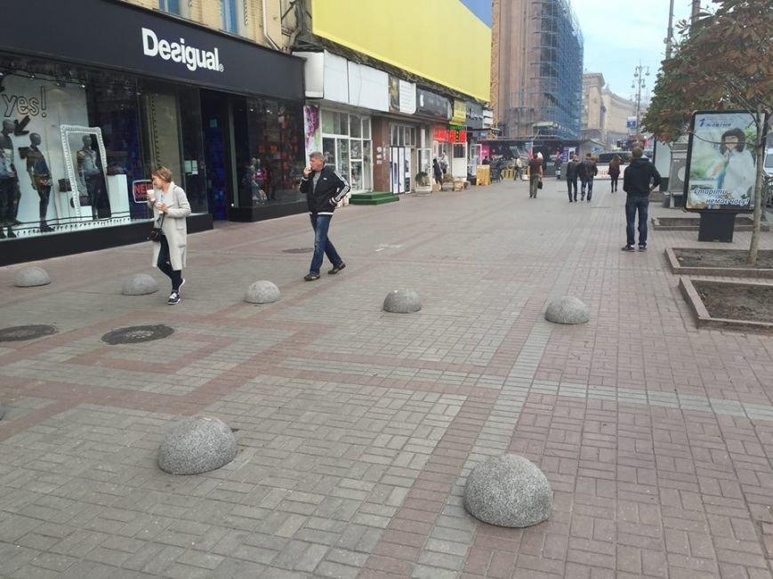 Тротуар на Крещатике перекрыли полусферами (ФОТОФАКТ), фото-2
