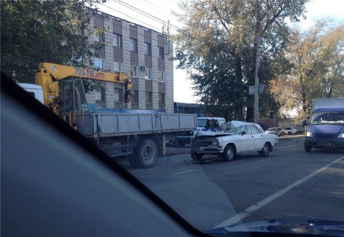 Сегоднят утром «Волга» въехала а автокран (фото) - фото 2