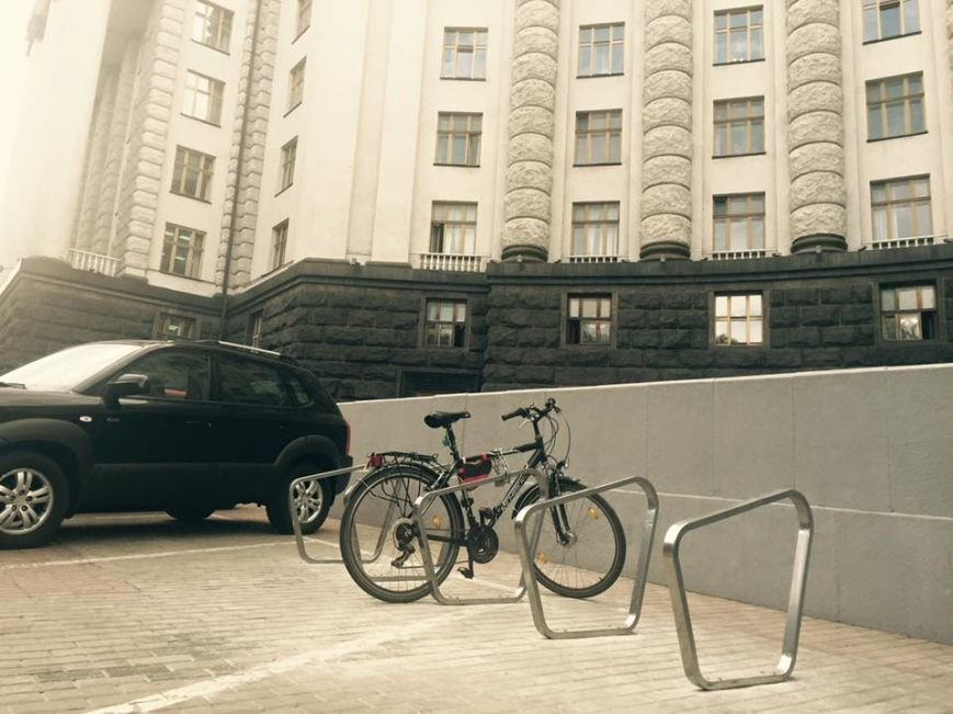 На велопарковке под Кабмином припарковали первый велосипед (ФОТОФАКТ) (фото) - фото 1