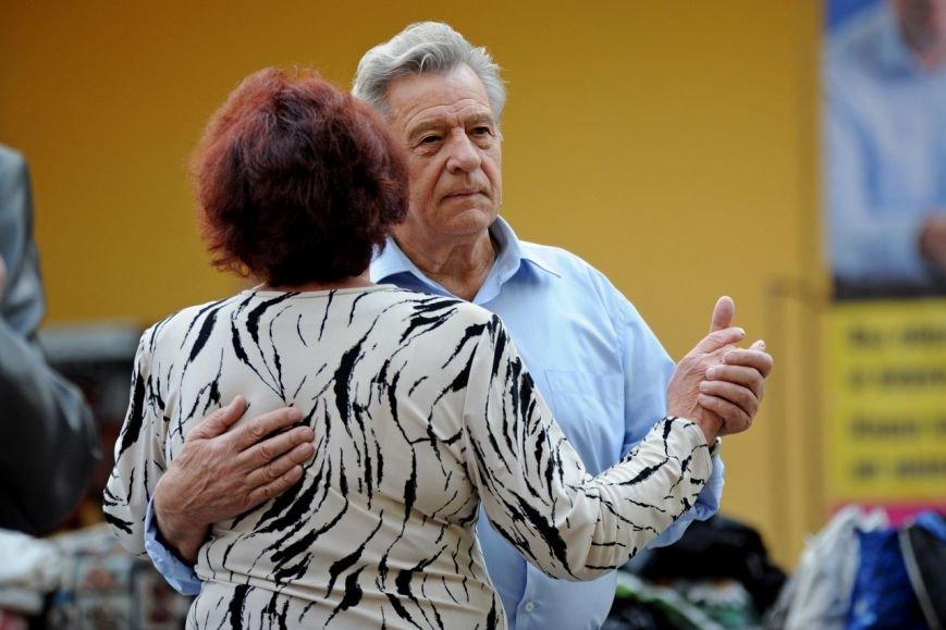 Мэрия вынуждает пенсионеров танцевать под открытым небом, фото-3