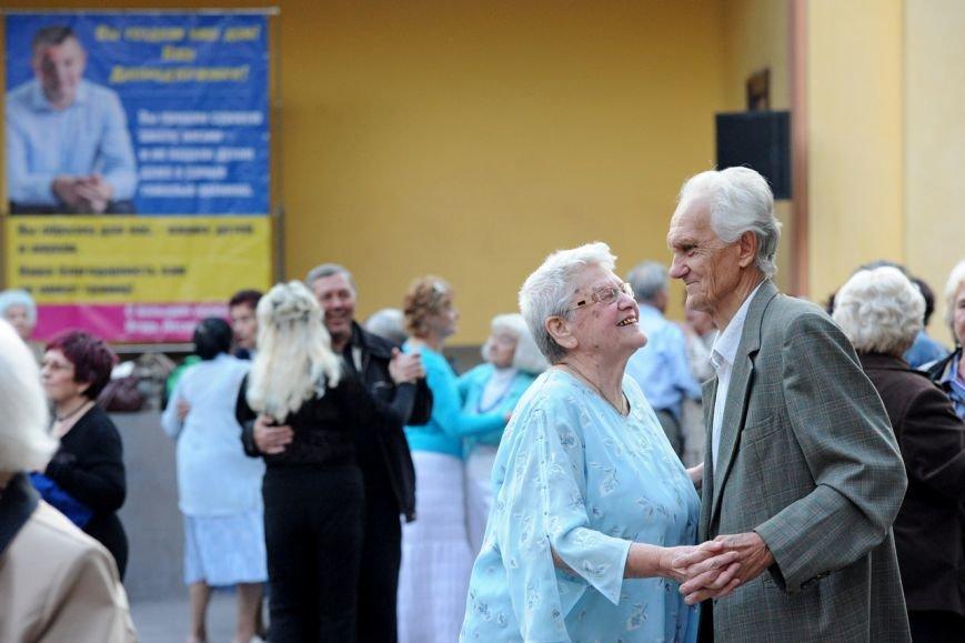 Мэрия вынуждает пенсионеров танцевать под открытым небом, фото-1