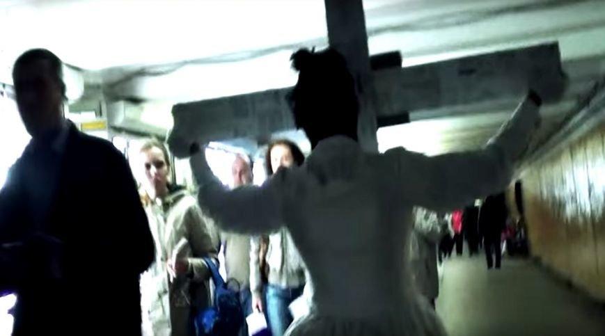 По харьковскому метро разгуливала таинственная незнакомка с крестом (фото) - фото 1