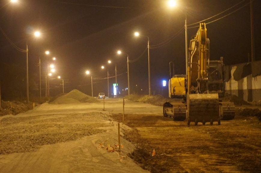 Криворожские строители и днем, и ночью работают на улице Рзянкина (ФОТО) (фото) - фото 1