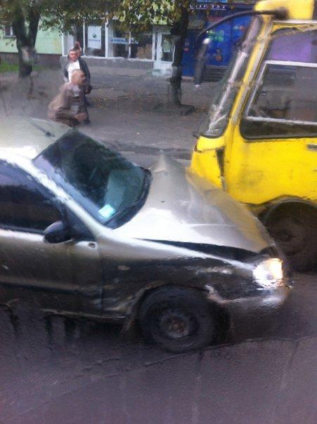 На вул. Городоцькій іномарка в'їхала в автобус (ФОТО) (фото) - фото 1