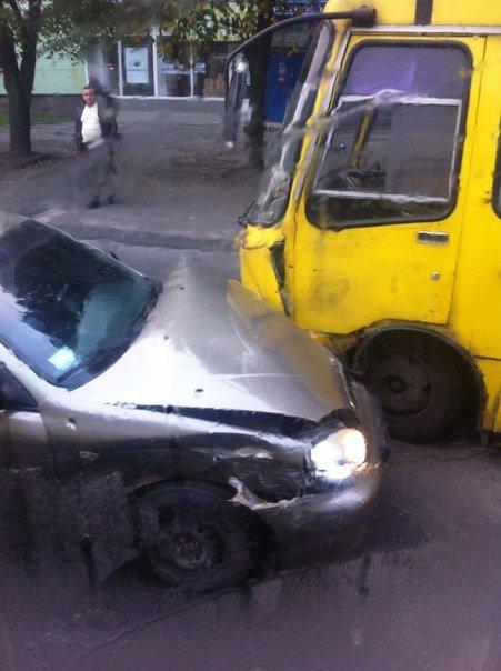 На вул. Городоцькій іномарка в'їхала в автобус (ФОТО) (фото) - фото 2