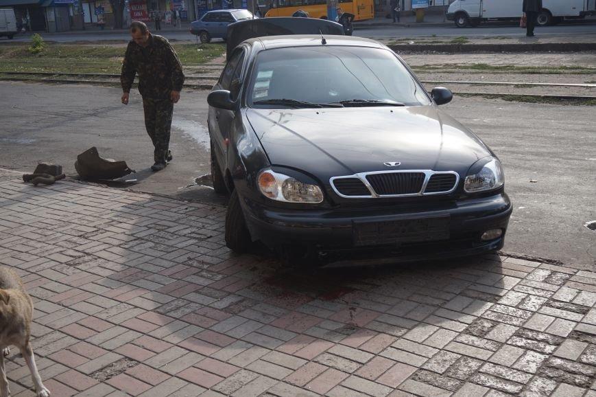 В центре Кривого Рога водителю «Daewoo Lanos» стало плохо, потеряв управление он проехал через троллейбусные пути и врезался в бордюр (ФОТО) (фото) - фото 2