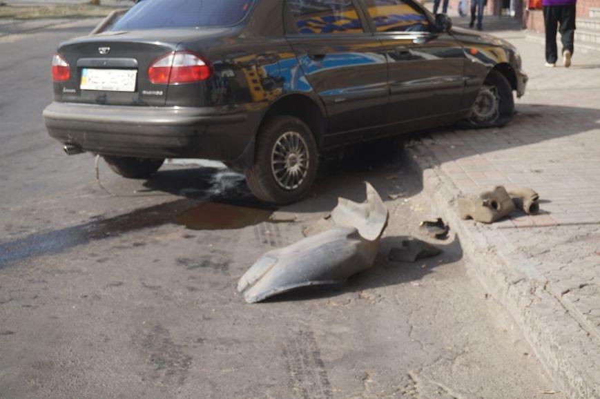 В центре Кривого Рога водителю «Daewoo Lanos» стало плохо, потеряв управление он проехал через троллейбусные пути и врезался в бордюр (ФОТО) (фото) - фото 1