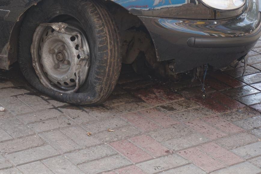 В центре Кривого Рога водителю «Daewoo Lanos» стало плохо, потеряв управление он проехал через троллейбусные пути и врезался в бордюр (ФОТО) (фото) - фото 3