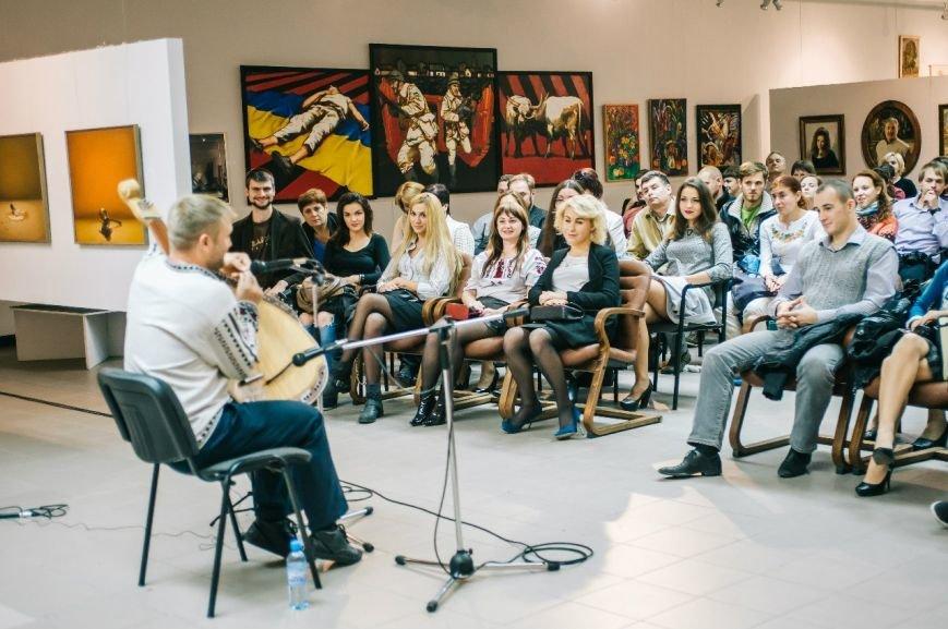 Концерт бандуриста Віктора Пашника у Полтаві зібрав більше сотні слухачів (фото) - фото 1