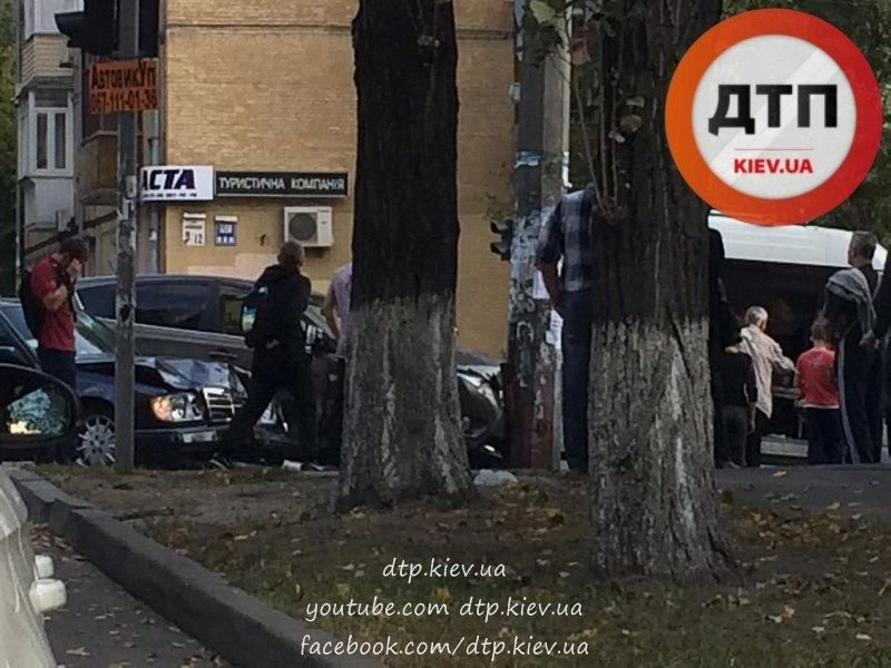 В Киеве два столкнувшихся автомобиля вынесло на тротуар (ФОТО), фото-2