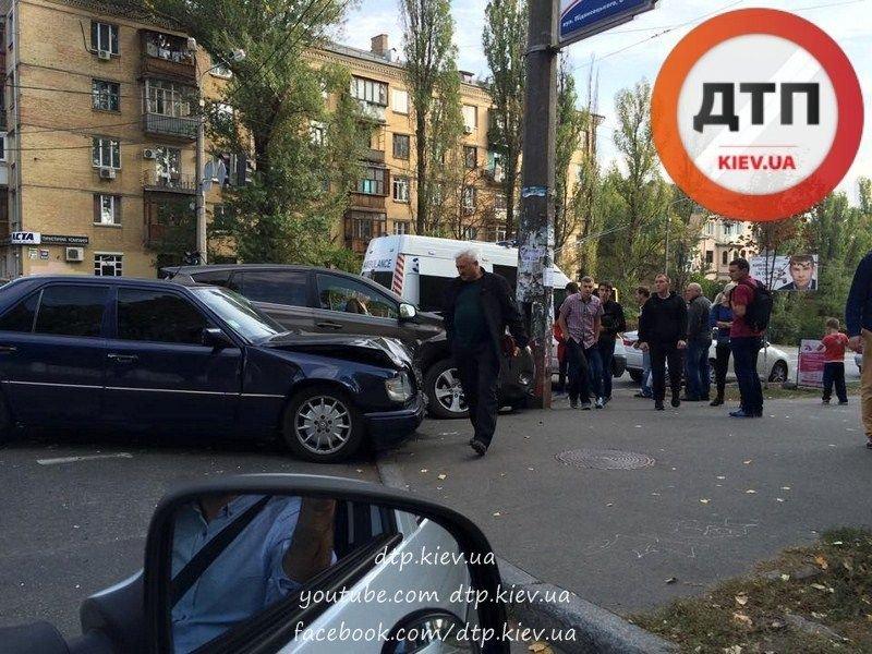 В Киеве два столкнувшихся автомобиля вынесло на тротуар (ФОТО), фото-1