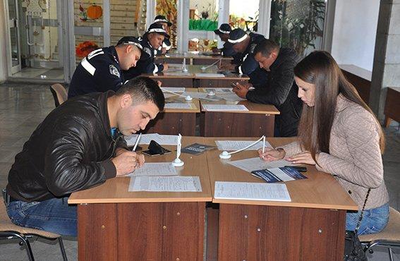 За два дні до поліції Чернівців надійшло понад 1250 анкет (фото) - фото 2