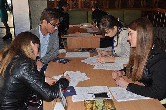 За два дні до поліції Чернівців надійшло понад 1250 анкет (фото) - фото 1