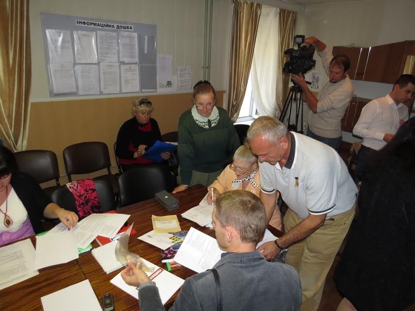 В Мариуполе теркомиссия хотела выгнать журналистов,  зарылась в жалобах и отстранила  от работы председателя районной комиссии (ФОТО) (фото) - фото 1