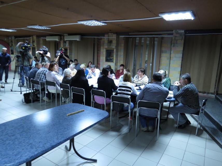 В Мариуполе теркомиссия хотела выгнать журналистов,  зарылась в жалобах и отстранила председателя районной комиссии (ФОТО) (фото) - фото 1