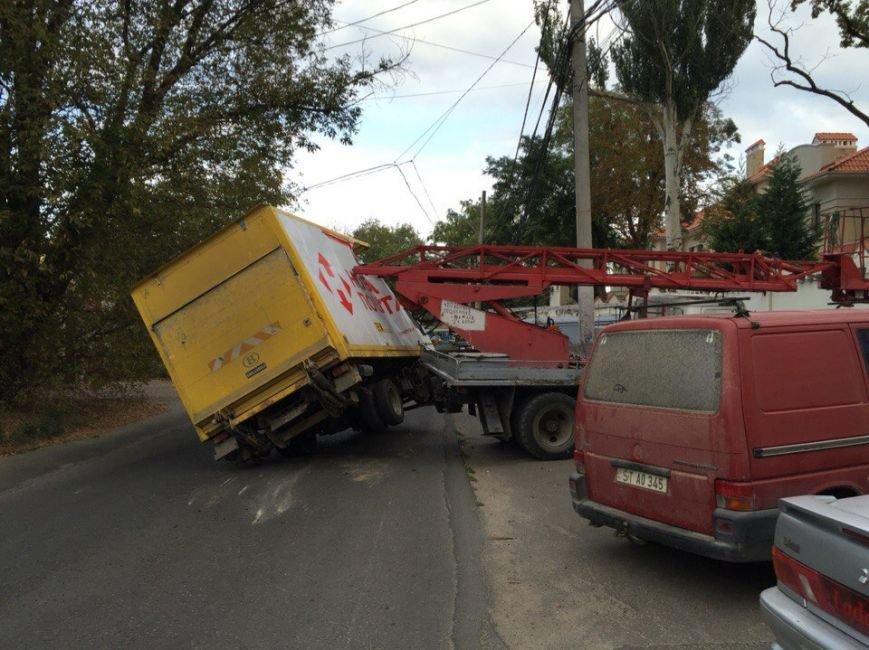 В Одессе автовышка протаранила грузовик «Новой почты» (ФОТО) (фото) - фото 1