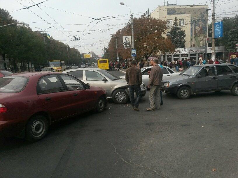 Роковой перекресток: в центре Мариуполя столкнулось 5 автомобилей (ФОТО), фото-7