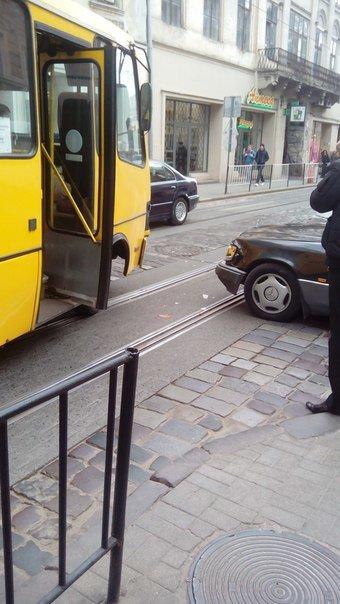 У центрі Львова автобус потрапив в аварію (ФОТО) (фото) - фото 1