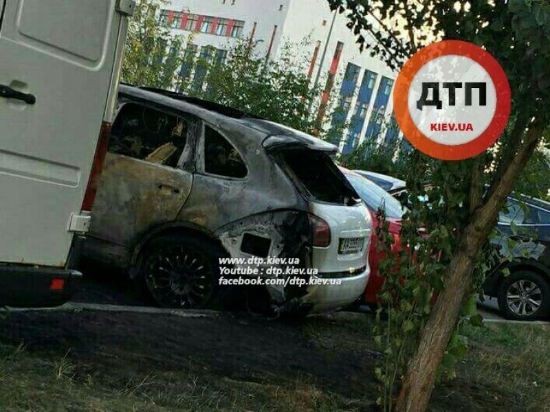 В Киеве неизвестные сожгли новый Porsche Cayenne (ФОТО), фото-1