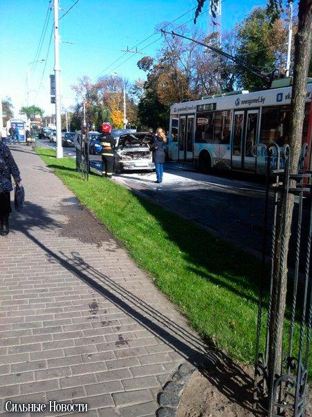 В Гомеле в районе остановки «ул. Жарковского» прямо на ходу загорелся автомобиль (фото) - фото 1