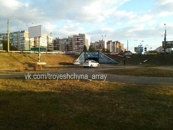 """На Троещине водитель """"Шевроле"""" снёс отбойник и упал со склона (ФОТО) (фото) - фото 1"""