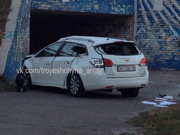 """На Троещине водитель """"Шевроле"""" снёс отбойник и упал со склона (ФОТО) (фото) - фото 2"""