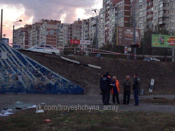 """На Троещине водитель """"Шевроле"""" снёс отбойник и упал со склона (ФОТО) (фото) - фото 3"""