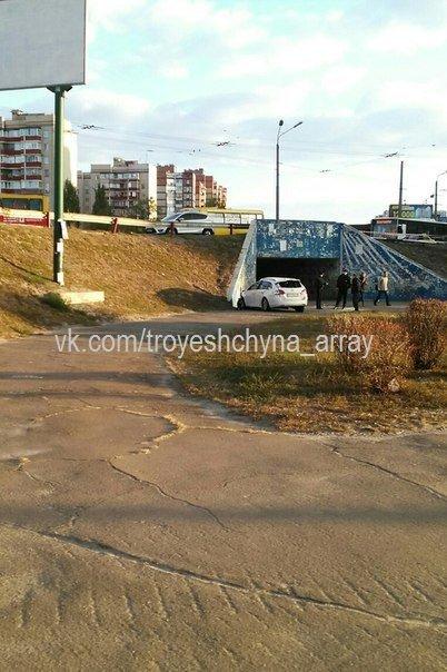 """На Троещине водитель """"Шевроле"""" снёс отбойник и упал со склона (ФОТО) (фото) - фото 4"""