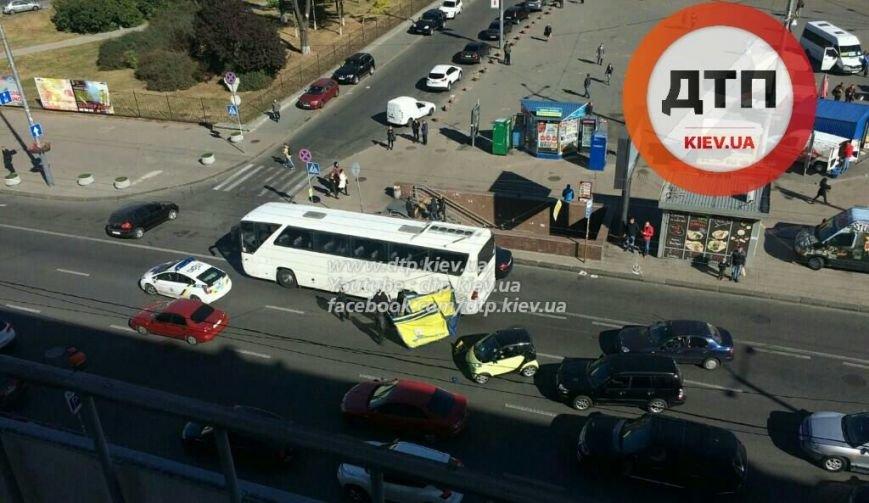 В Киеве улетевшая агитпалатка повредила автобус (ФОТОФАКТ), фото-1