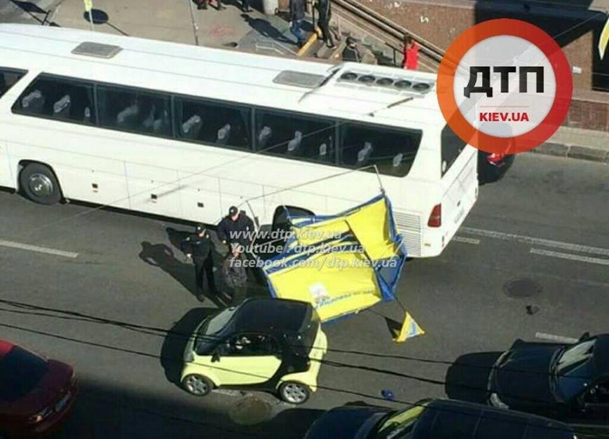 В Киеве улетевшая агитпалатка повредила автобус (ФОТОФАКТ), фото-2