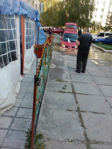 Курйоз дня: у Львові автомобіль «пішов на дно» (ФОТО) (фото) - фото 1