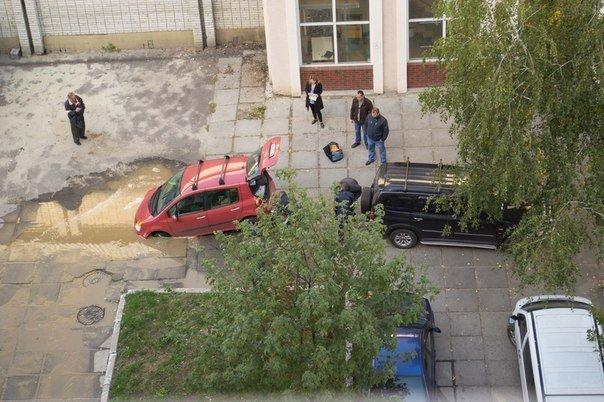 Курйоз дня: у Львові автомобіль «пішов на дно» (ФОТО) (фото) - фото 2