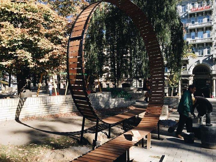 В парке Шевченко установили новую экстремальную лавочку в виде «американской горки» (ФОТОФАКТ) (фото) - фото 1
