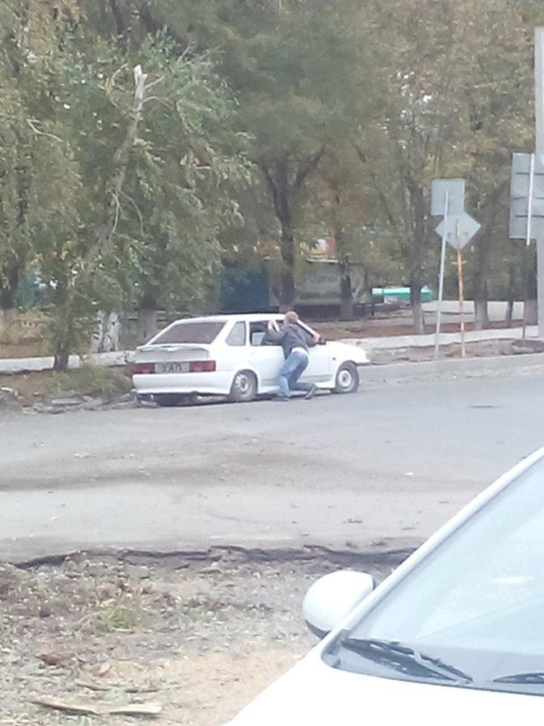 Пьяный «мажер» на ладе поламал новые бордюры по улице Садовой в Новошахтинске (фото) - фото 1
