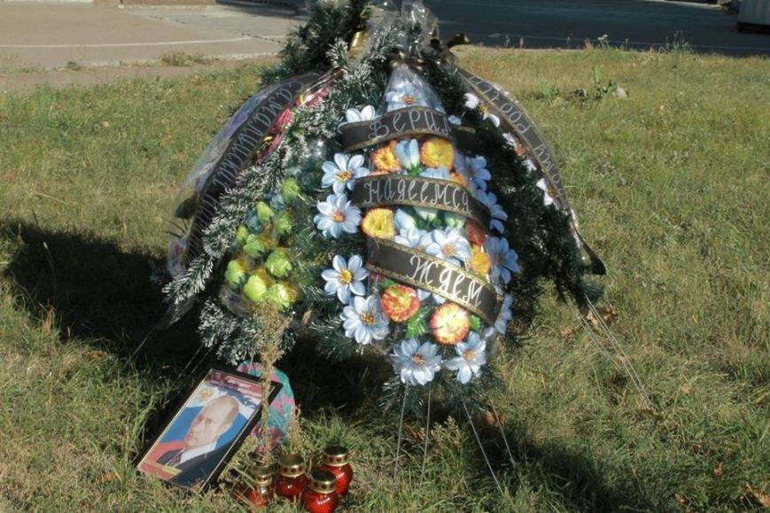 В честь Дня рождения Путина активисты принесли похоронный венок под посольство РФ (ФОТО), фото-2