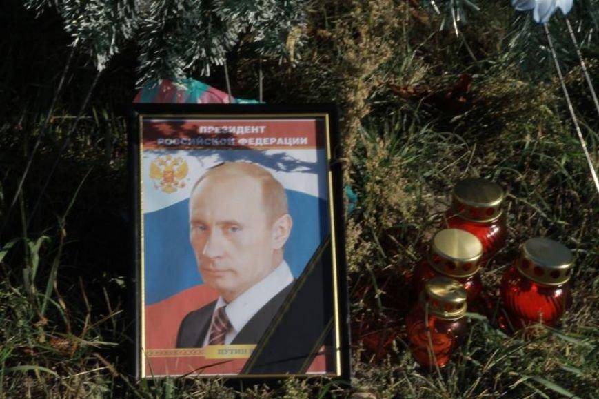 В честь Дня рождения Путина активисты принесли похоронный венок под посольство РФ (ФОТО), фото-1