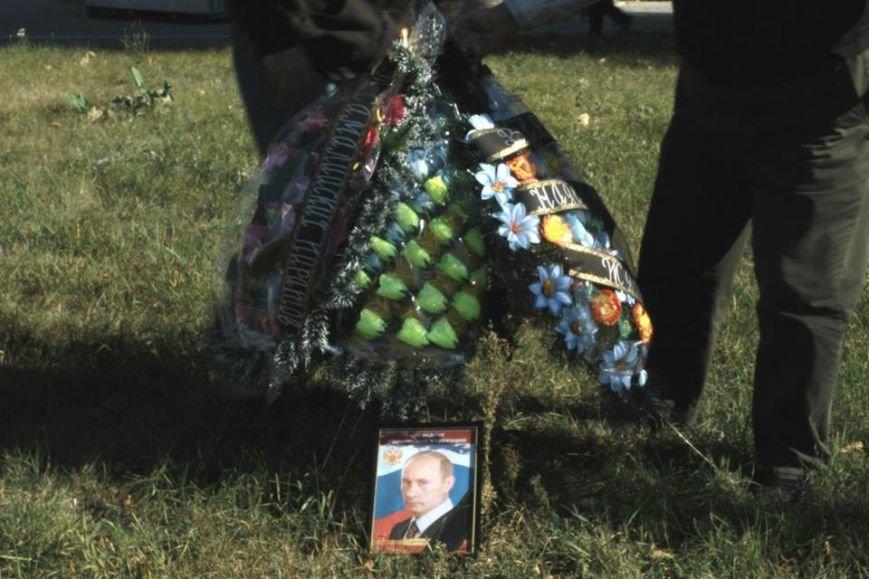 В честь Дня рождения Путина активисты принесли похоронный венок под посольство РФ (ФОТО), фото-4